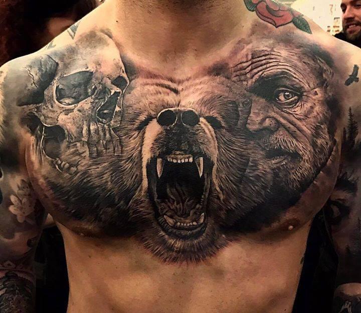 Большая тату медведь на груди