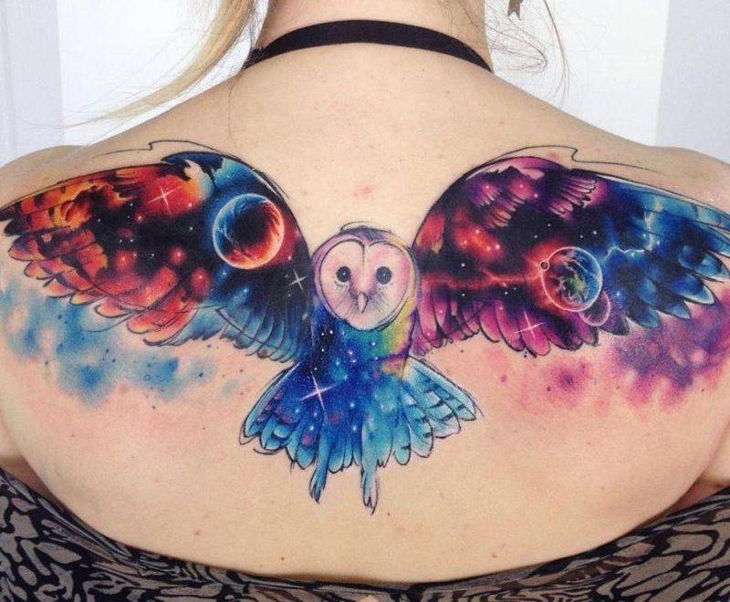 Цветная тату сова на женской спине