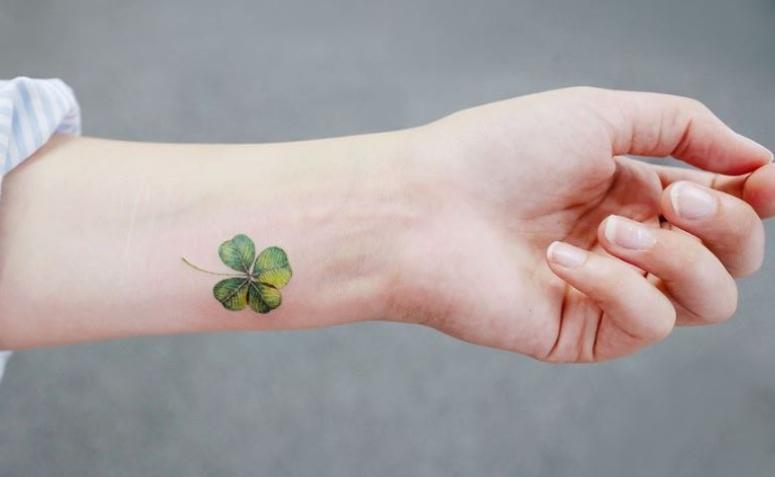 Татуировка клевер на запястье