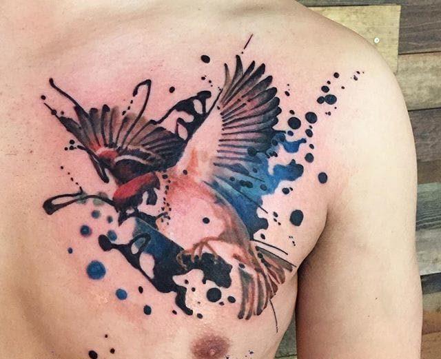 Красивая татуировка воробей на лопатке