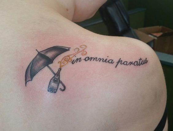 Тату зонт на спине у женщины