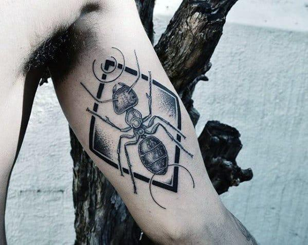 Татуировка муравей на бицепсе