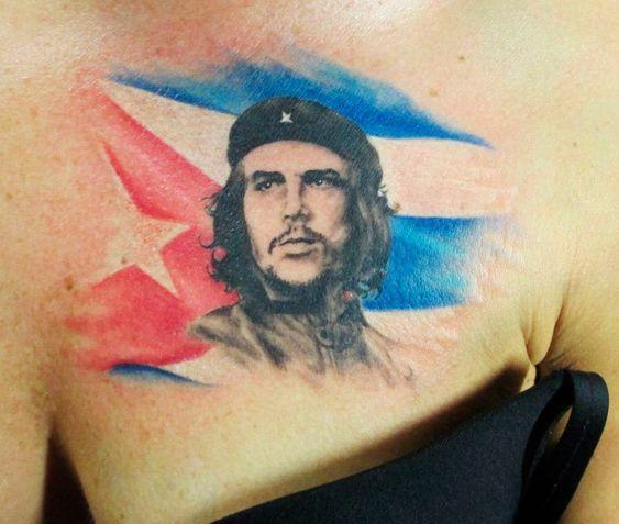 Женская тату Че Гевара с флагом