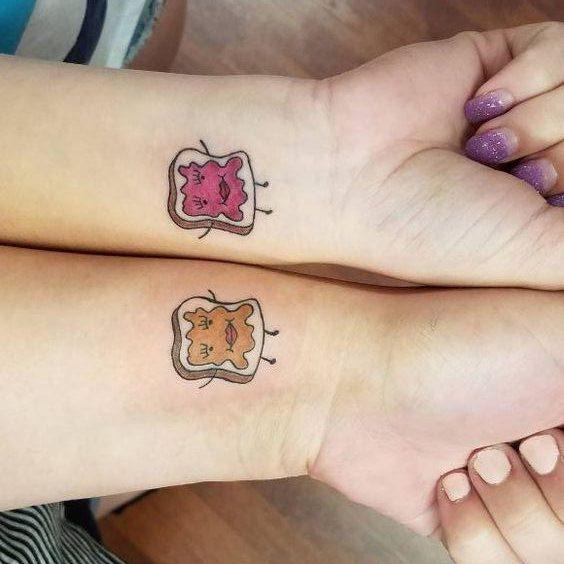 Татуировка тосты для подруг на руке