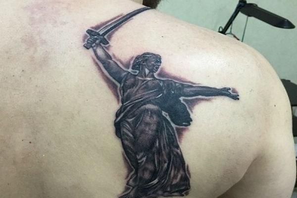 Татуировка родина мать на спине у мужчины
