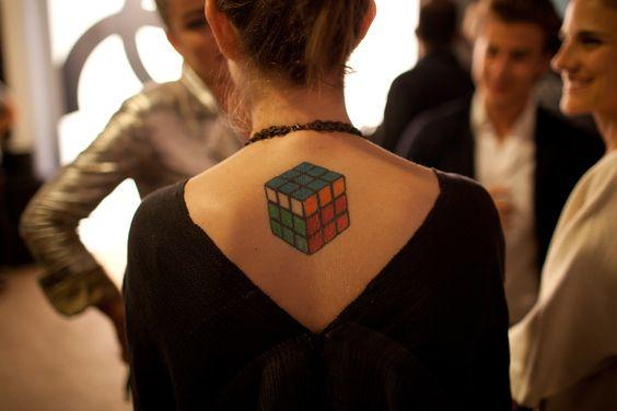 Женская тату кубик рубика на спине