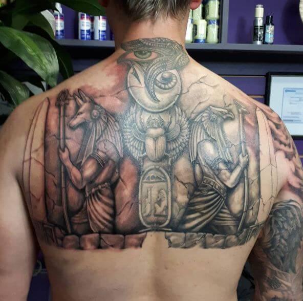 Мужская тату с богом Ра на груди