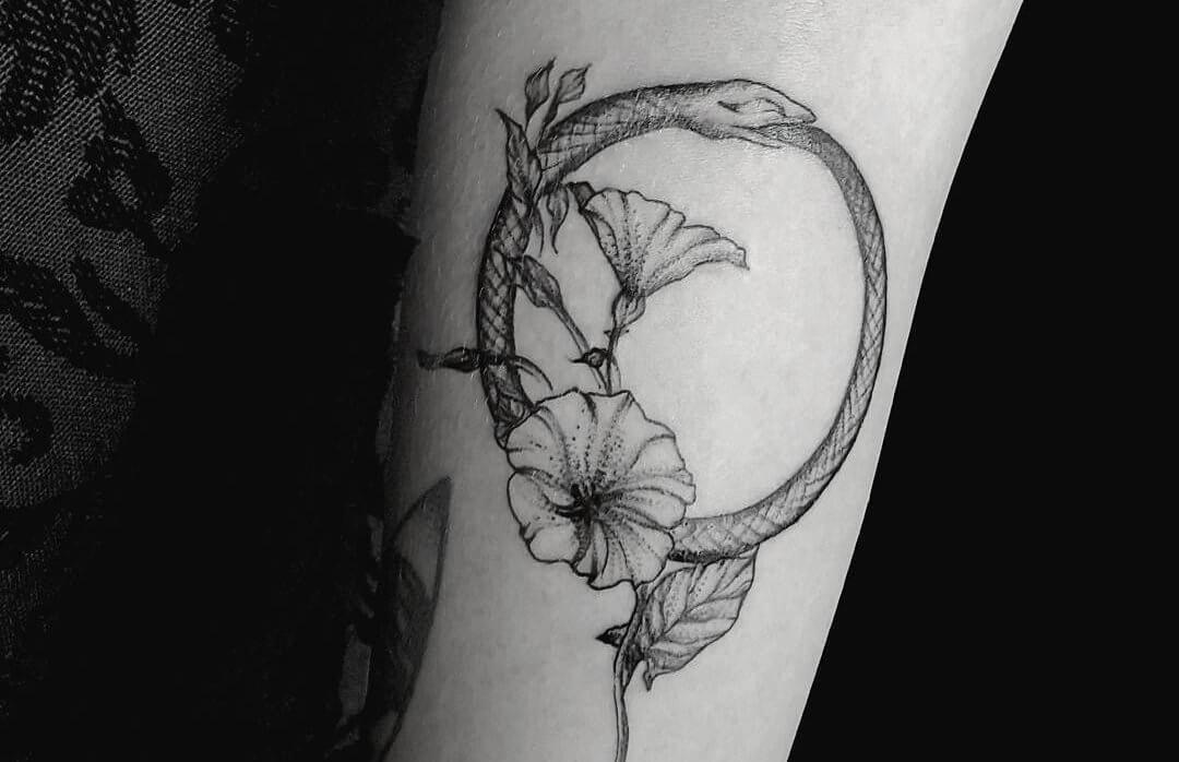 тату уроборос с цветком 2