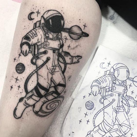 Татуировка с космонавтом на мужской руке