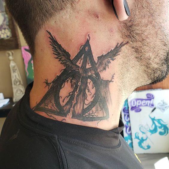 Татуировка дары смерти на шее у парня