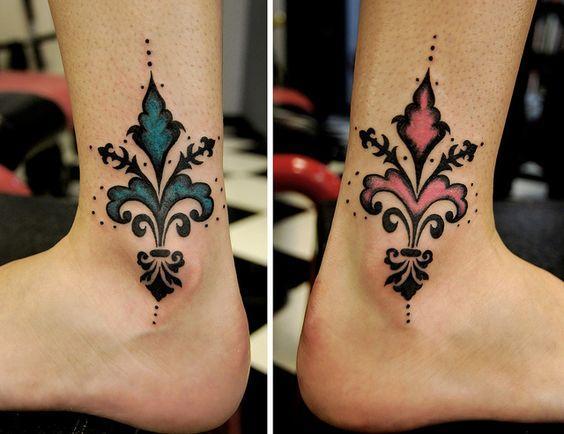 Татуировка геральдическая лилия на обеих ногах