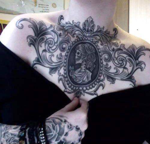 Татуировка в готическом стиле на женской груди