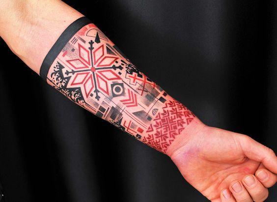 Татуировка восьмиконечная звезда на руке у парня