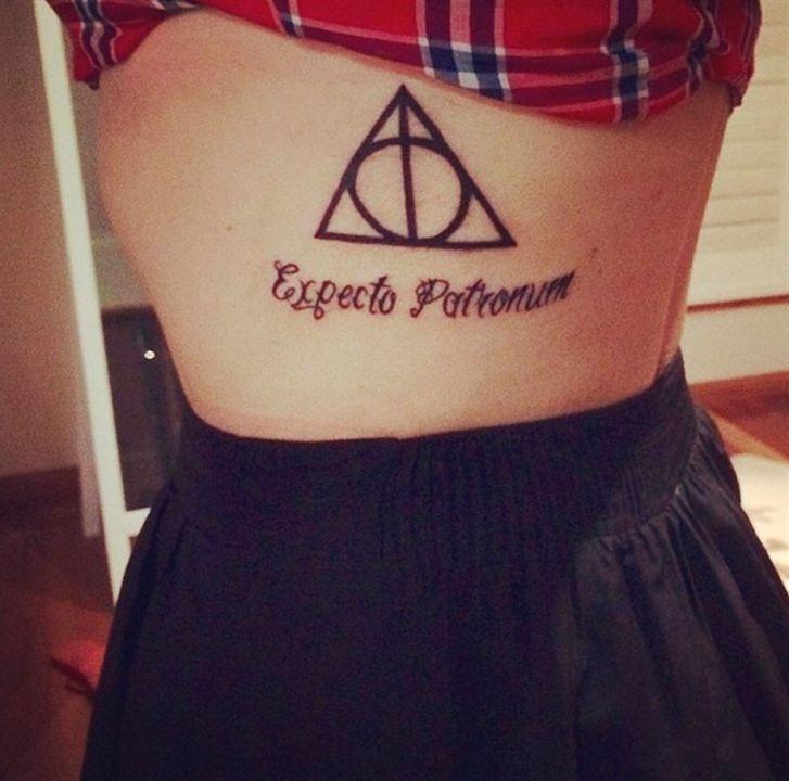 тату Гарри Поттер заклинание на боку