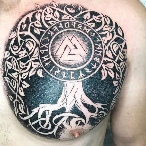 Татуировка три треугольника на груди у мужчины