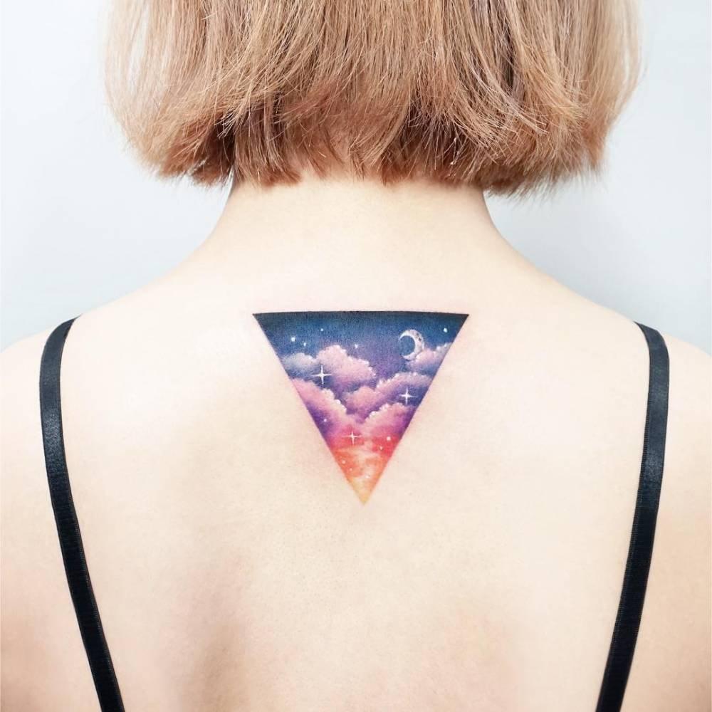 нежная тату перевернутого треугольника на спине