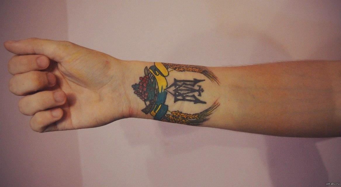 Фотографии татуировок на запястье герб Украины