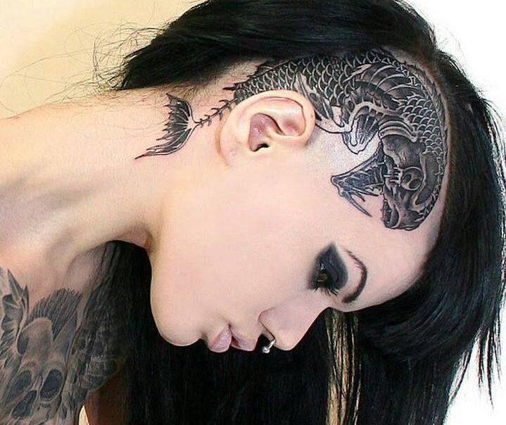 Готический шрифт и тату в стиле готика на виске