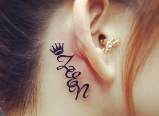 Фотографии татуировки надписи за ухом