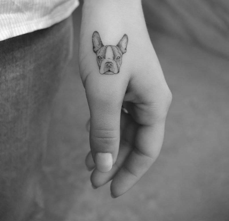 Тату собака на кисти рук