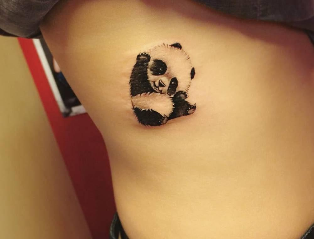 Тату панда на боку