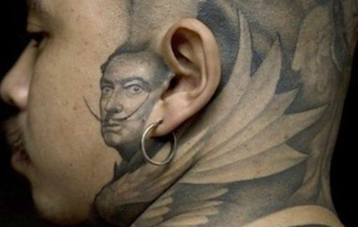 Тату в стиле сюрреализм за ухом