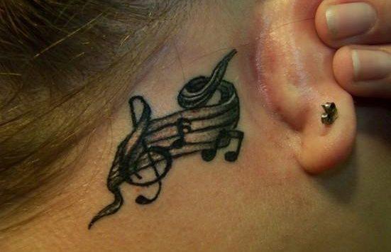Тату скрипичный ключ за ухом