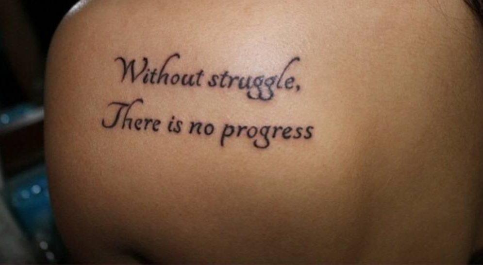 Фотографии татуировки для девушек надписи на лопатке