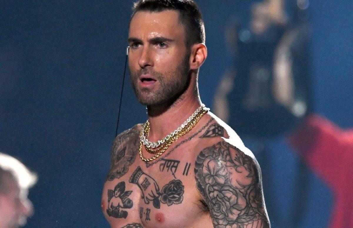 Татуировки Адама Левина на груди